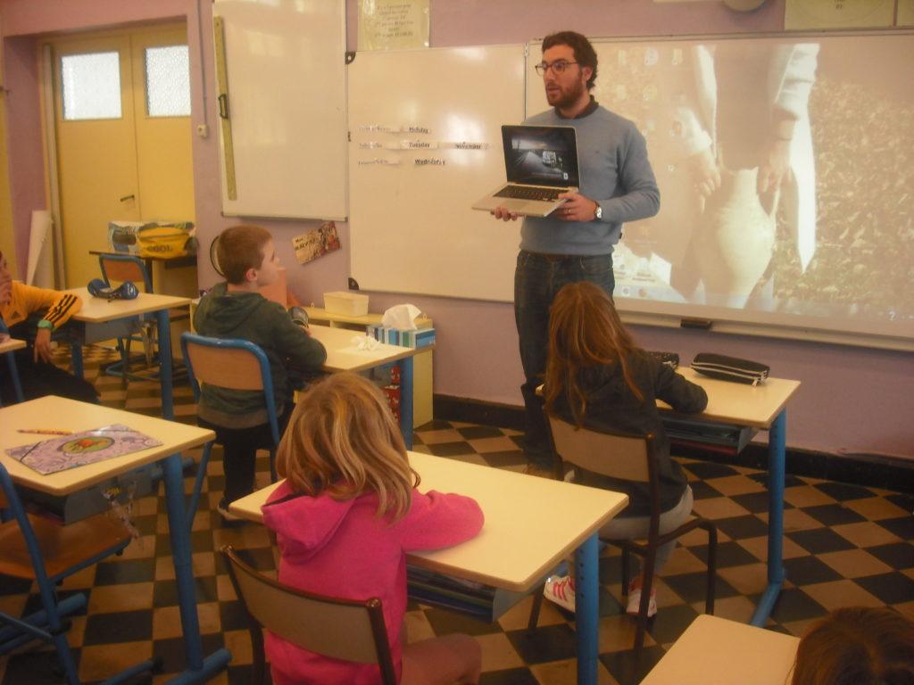 Présentation aux élèves d'autres campagnes de sensibilisation. Crédit photo : Hélène Blaevoet.